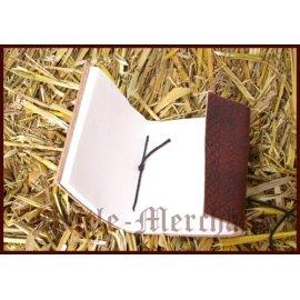 Petit carnet relié à la couverture en cuir gaufré