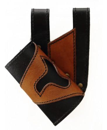 Le mélange de cuir noir et brun forme une décoration en étoile sur ce fourreau.