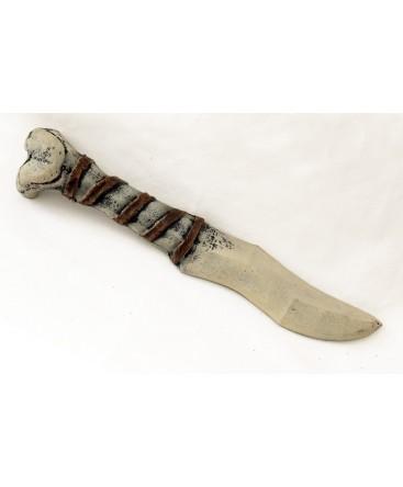 Ce couteau de lancer semble avoir été taillé dans un femur humain. Il conviendra à un barbare ou à un cruel sauvage.
