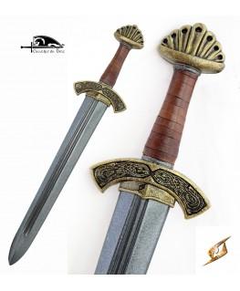 Une belle épée avec la garde ornée de décors viking et un pommeau lobé